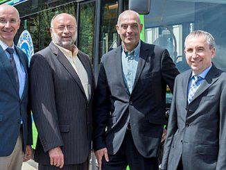 Über die Fortsetzung der erfolgreichen Verkehrspartnerschaft im Bergwinkel freuen sich (v. l.) VGF-Geschäftsführer Reiner Wunderlich, der Kreisbeigeordnete Matthias Zach, KVG-Geschäftsführer Volker Rahm und VGF-Geschäftsführer Thomas Lang.