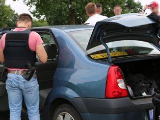 Polizisten kontrollieren ein verdächtiges Auto