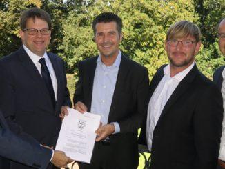 Beim Beurkundungstermin: Bürgermeister Dag Wehner, Oberbürgermeister Dr. Heiko Wingenfeld, Matthias Stanke, Thomas Theiler und Christian Heil.  (v.l.)