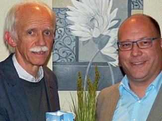 CWE-Kreisvorsitzender Thomas Grünkorn überreichte Martin Jahn ein Geschenk.