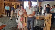 Thomas Hering mit Ehefrau, Gäste im Hintergrund