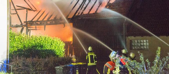 Hattenhof: Dreiseiten-Hof in Flammen